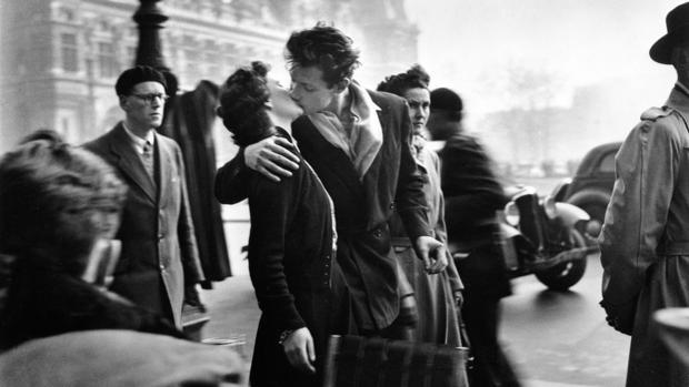 «El beso del Hotel de Ville», de Robert Doisneau esta presente en la muestra de la Fundación Canal