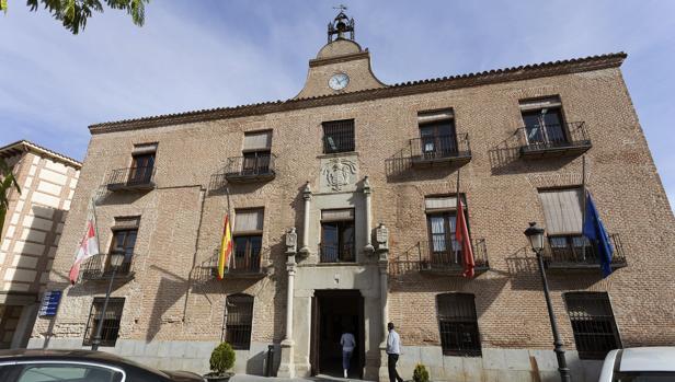 Las banderas ondean a media asta en el Ayuntamiento de Arévalo