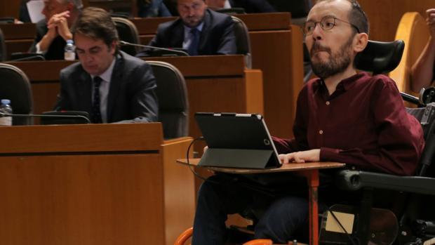 Echenique pasa ante el portavoz aragonés del PP, durante el Debate sobre el estado de la Comunidad