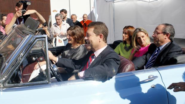 García-Page, subido en un coche, junto al resto de políticos que han inaugurado la Feria