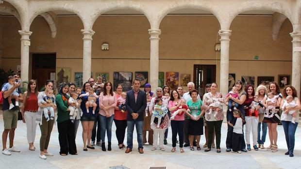 El alcalde posa junto con las familias de los bebés