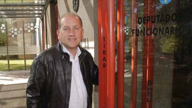 Xoaquín Fernández Leiceaga a su llegada ayer a la sede del Parlamento de Galicia