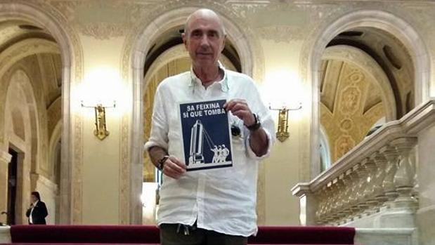 Lluís Llach apoya el derribo del monolito dedicado a las víctimas del crucero «Baleares»