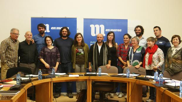Los catorce diputados de En Marea, ayer en la reunión de grupo en el Parlamento de Galicia
