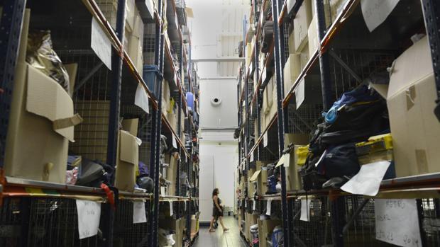 Un pasillo del Almacén de Objetos Perdidos de Madrid