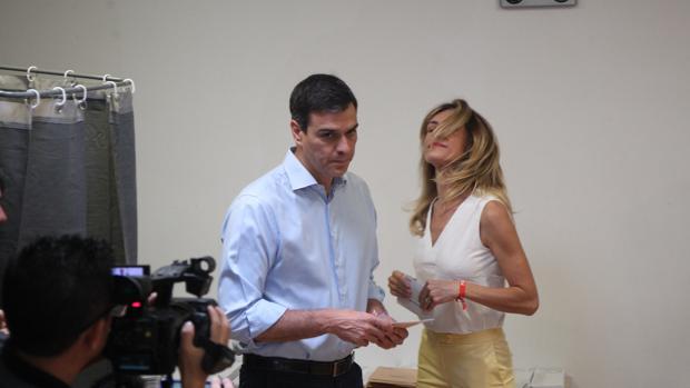 Pedro Sánchez y su mujer el día de las elecciones