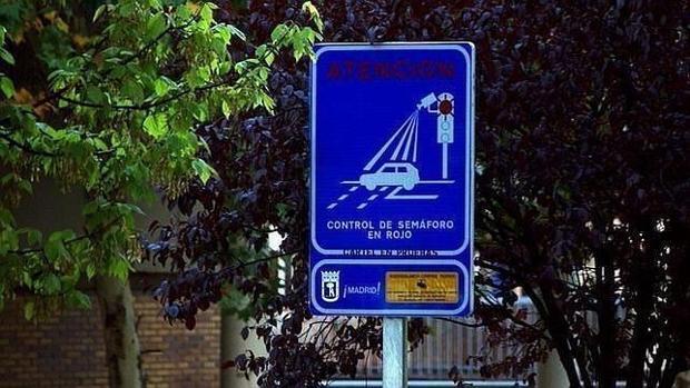 Señal que indica la ubicación de un semáforo con sistema foto-rojo