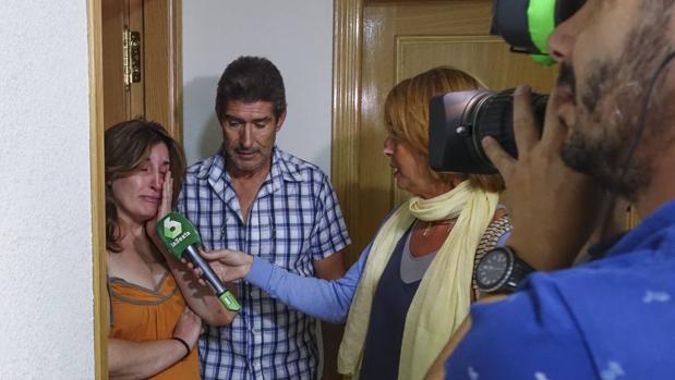 Ángel y Reyes, vecinos de la mujer de 32 años que ha fallecido al sufrir una agresión de su pareja en Arévalo (Ávila)