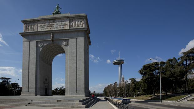 La avenida del Arco de la Victoria con el Faro de Moncloa, al fondo
