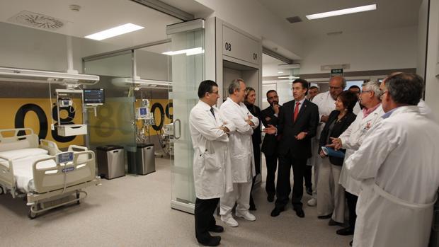 El presidente de la Xunta, Alberto Núñez Feijóo, durante una visita al Hospital Clínico de Santiago