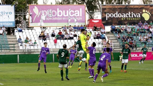 Carlos Abad, portero del Castilla, atrapa un balón