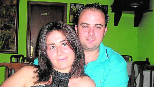 La víctima, en una imagen de su perfil en redes sociales, junto a su expareja y presunto asesino