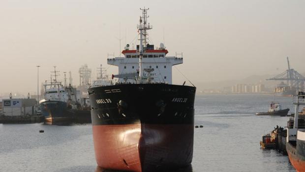 Un barco en fase de reparación en el Puerto de Las Palmas