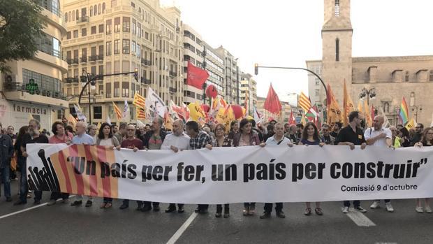 Imagen de las banderas independentistas tras la cabecera de la manifestación