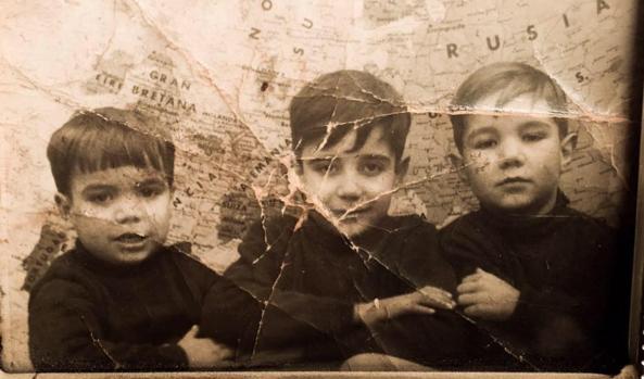 Imagen de Barrero (niño) con sus hermanos, en su colegio de Toledo
