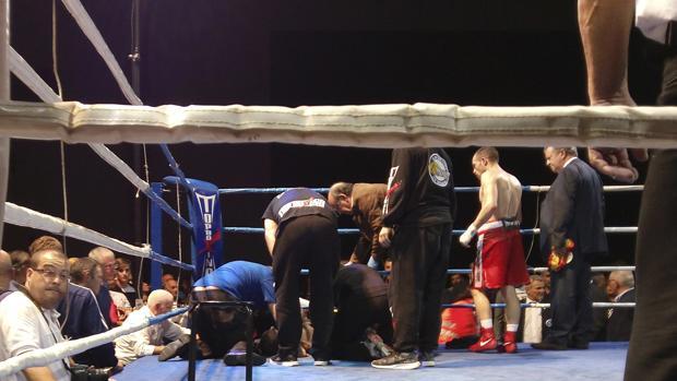 Saúl Tejada es atendido sobre la lona durante el combate disputado en A Coruña