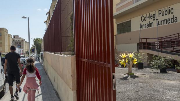 Entrada al colegio público de Palma de Mallorca donde se produjo la brutal agresión