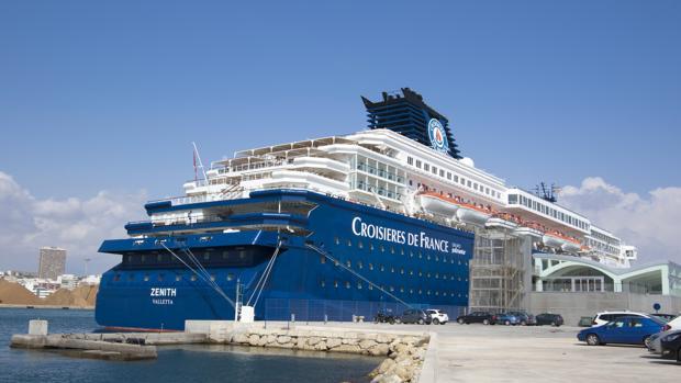 El buque Zenith en la terminal del Puerto de Alicante, esta mañana
