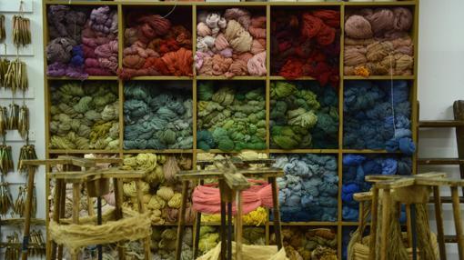 Estantería repleta de hilos de lana en un taller de la Real Fábrica de Tapices