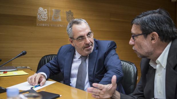 Imagen de Vicente Cotino, a la izquierda, durante su comparecencia
