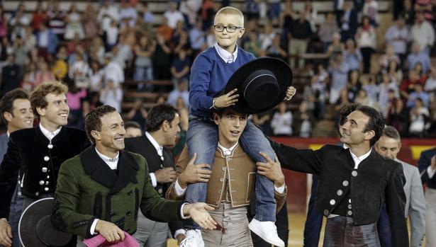 Imagen de la salida a hombros de Adrián el pasado sábado en Valencia