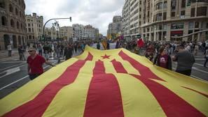 Ribó subvenciona a la entidad organizadora de la marcha con banderas independentistas en Valencia