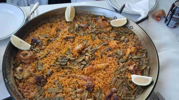Imagen de archivo de una paella recién cocinada