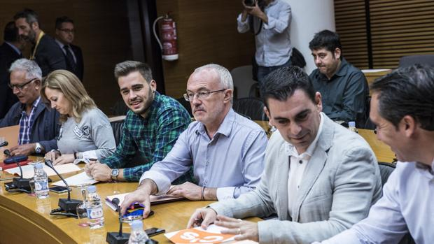 Imagen de los portavoces de Compromís y Podemos (en el centro) tomada este lunes en las Cortes