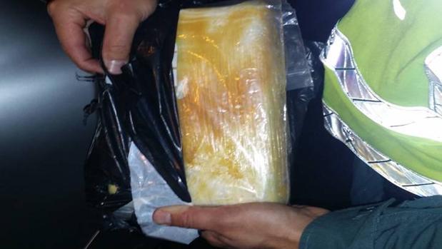 El paquete de cocaína que la Guardia Civil encontró en un doble fondo de una silla infantil