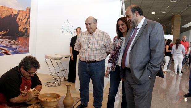 El vicepresidente de la Junta ha visitado este lunes la feria de artesanía Farcama en Toledo