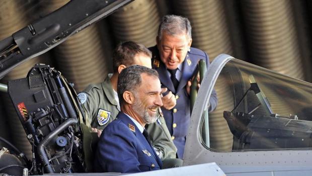 El Rey Felipe VI durante su visita a la base área de Los Llanos, en Albacete