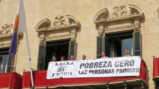 Pancarta desplegada este lunes en el balcón del ayuntamiento al presentar la campaña «Pobreza Cero»
