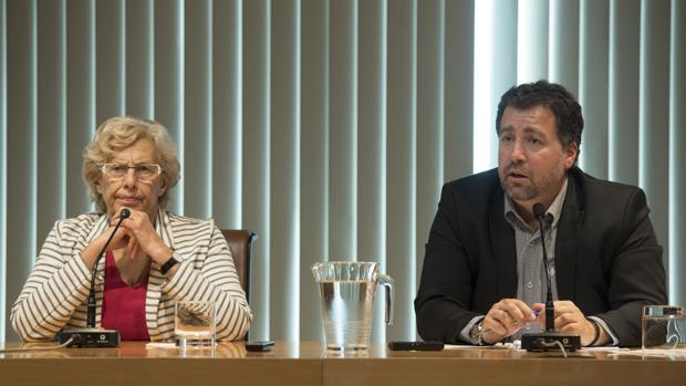 Manuela Carmena, junto a Pedro del Cura, en la rueda de prensa posterior a la reunión