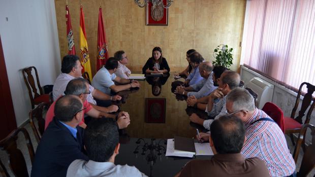 La alcaldesa durante la reunión con los vecinos de La Pedregosa