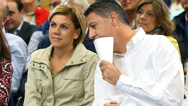 El dirigente popular junto a la secretaria general del partido, Dolores de Cospedal, ayer en Badalona