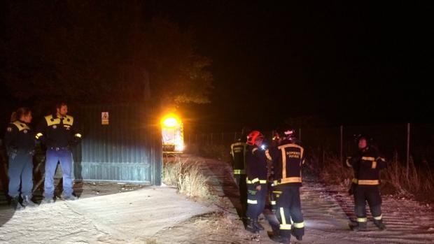 Siete dotaciones de bomberos han trabajado para evitar que las llamas se propagaran a pastos colindantes