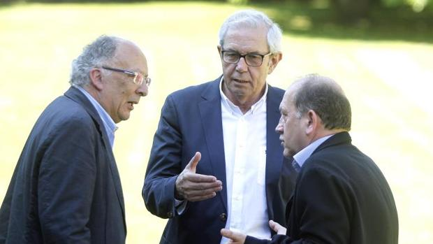 Los exandatarios galegos González Laxey Emilio Pérez Touriño junto al diputado Fernández Leiceaga