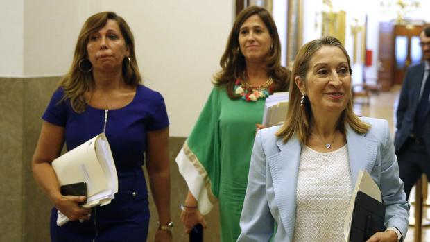La presidenta del Congreso, Ana Pastor, junto a la secretaria primera de la Mesa, Alicia Sánchez-Camacho