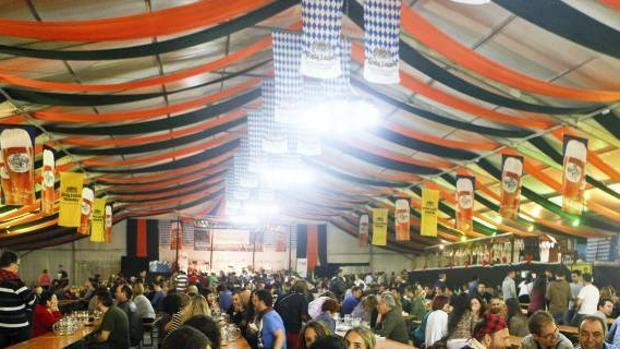 La carpa de la Fiesta de la Cerveza de Zaragoza la instala la empresa que organiza el evento, con los preceptivos permisos del Ayuntamiento (arriba, imagen de archivo de una de sus últimas ediciones)