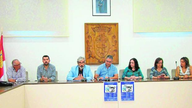 Juan Justo, Juan Carlos Navalón y Clara Ortegan (en el centro de la imagen) durante la presentación en el Ayuntamiento de Quintanar