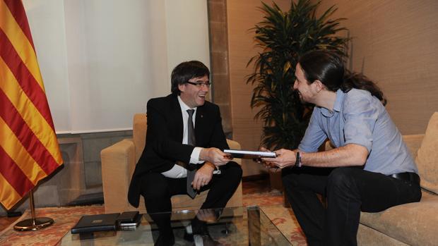 Carles Puigdemont y Pablo Iglesias, juntos en un encuentro el pasado mes de abril