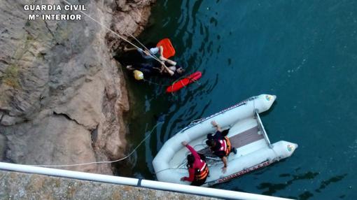 Las mujeres y el guardia civil fueron restacatos con una embarcación