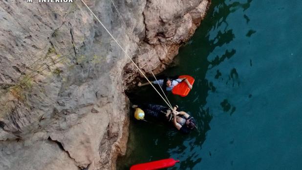Momento en el que la mujer es rescatada por miembros de la Guardia Civil y el Sepei