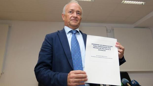 Vicente Magro, con su plan pionero para dar cursos a condenados por maltrato animal