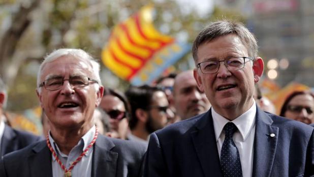 Ximo Puig, presidente de la Generalitat, junto a Joan Ribó, alcalde de Valencia, en el 9 d'Octubre
