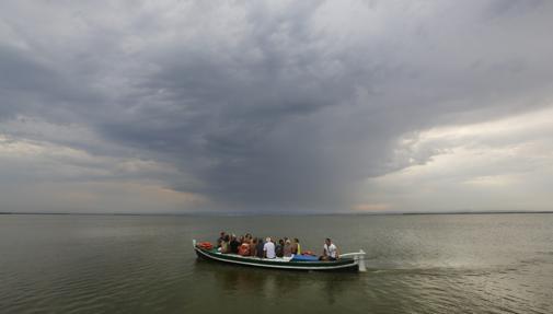 Imagen de una travesía en barca por La Albufera