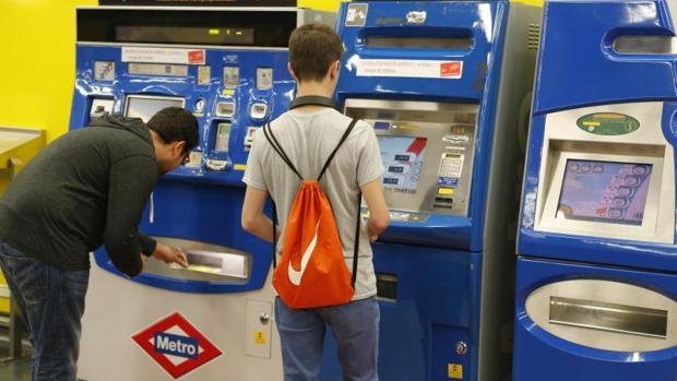 Los primeros jóvenes en hacerse con la tarjeta del abojo joven de transportes de la Comunidad de Madrid