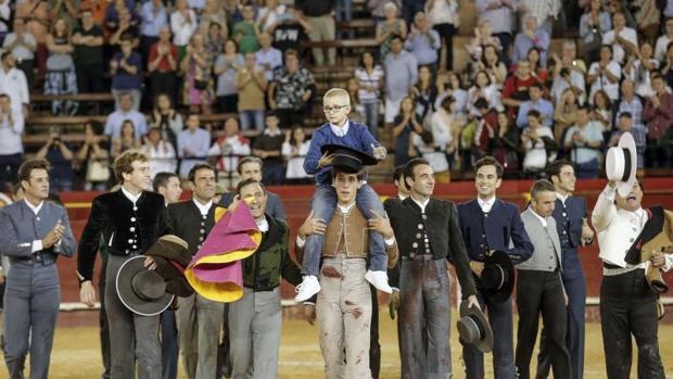 Adrián, el menor que sueña con ser torero, a hombros del torero Ginés Marín en Valencia