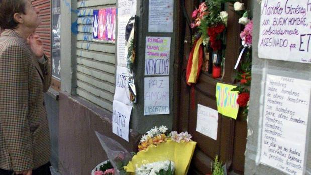 Imagen de mayo de 2001 del lugar en el que fue abatido por dos etarras el dirigente aragonés del PP