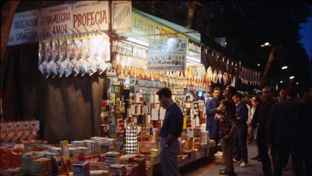 Mercadillo de venta de libros en la Barcelona de los 60